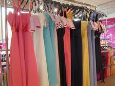 Wir lieben Abendkleider, Abiballkleider, Brautjungfernkleider in allen erdenklichen Farben!