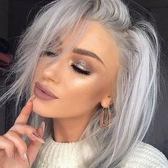 Look silver blonde hair, grey blonde, blonde hair wit. Grey White Hair, Silver Blonde Hair, Long Gray Hair, Lilac Hair, Platinum Blonde Hair, Pastel Hair, Green Hair, Silver Hair Colors, Blue Hair