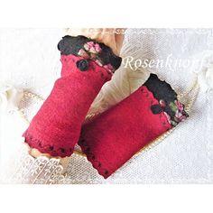 Romantische Walkstulpen in dunklem Rot mit angesetzem Reliefwalk mit versäumter Kante und Walkröschen♥