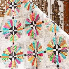 How much fun is this bright, modern Dresden Plate quilt from @colorgirlquilts?…
