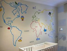 Mapamundi pintado en la pared de una #habitación infantil#
