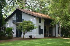Bawa House 87 (Bentota, Sri Lanka): check out clever hidden balcony Villa Design, Village House Design, Village Houses, Kerala Traditional House, India House, Eco Buildings, Casa Patio, Asian Architecture, Kerala Houses