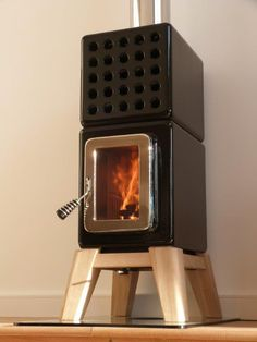 Design houtkachel in zwart keramiek Wood Pellet Stoves, Garden Cabins, Wood Pellets, Home Fireplace, Rocket Stoves, Wood Burner, Tiny House Living, Cabin Homes, Arquitetura