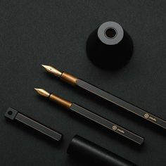 Made of the highest quality materials, the beautiful Desk Fountain Pen is a flawless and delicate pen by Taiwanese brand ystudio. Finely crafted from copper, this elegant and compact pen comes in two colours, black ('Brassing') and copper.