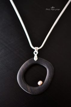 collier argent 925, ébène et perle de culture d'eau douce. wooden necklace, wooden jewelry, necklace, gemstone necklace.  contemporary jewelery