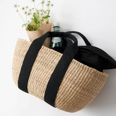 Small straw basket with black straps Bags 2017, Basket Bag, Summer Bags, Clutch, Knitted Bags, Crochet Accessories, Handmade Bags, Fashion Bags, Wicker