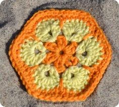 African Flower mønstret er fantastisk <3 Man kan bruge denne sekskantede hæklede blomst til alverdens ting og sager - foreløbig har jeg selv brugt den til hårbånd, grydelapper og et lille pyntegar