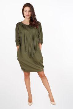 Armina khaki Sukienka w fasonie oversize z krytymi kieszeniami Wykonana z elastycznego zamszu na przodzie zdobiona frędzlami które utorowały sob - 93.00 zł