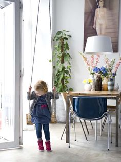 KARWEI | Jeroen en Inge plaatsten in de woonkamer een fijne schommel voor de kinderen #binnenkijker #ideevankarwei #karwei