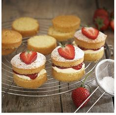Mini Victoria Sponges!  How clever would you feel bringing a batch of these mini Victoria sponge cakes to morning tea!
