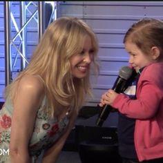 Hay que ser muy valiente y resolutivo para enfrentarse a las preguntas directas e imprevisibles de la sección Kids Ask de Radio.com, pero Kylie Minogue se atreve con esto y mucho más y el resultado…. ¡¡¡no puede ser más adorable!!! Kylie Minogue, Singer, Dance, Dancing, Singers