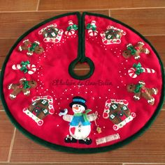 El balcón de Ana-Belén: PIE-ÁRBOL DE NAVIDAD Felt Christmas, Christmas Stockings, Christmas Holidays, Christmas Crafts, Garland Hanger, Christmas Tree Decorations, Christmas Wreaths, Xmas Tree Skirts, Christmas Sewing Projects