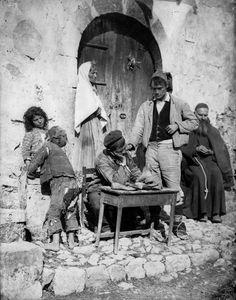 Famiglia di popolani siciliani 1895 ca. Gloeden, Wilhelm Von Raccolte Museali Fratelli Alinari (RMFA)-archivio von Gloeden, Firenze