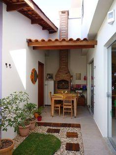 Área externa pequena com churrasqueira, aconchegante e agradável.