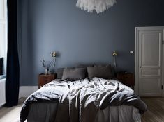 14 Fabulous Rustic Chic Bedroom Design and Decor Ideas to Make Your Space Special - The Trending House Chic Bedroom Design, Blue Grey Walls, Blue Bedroom Walls, Blue Wall Decor, Blue Gray Bedroom, Bedroom Design, Romantic Bedroom Decor, Country Bedroom, Blue Bedroom