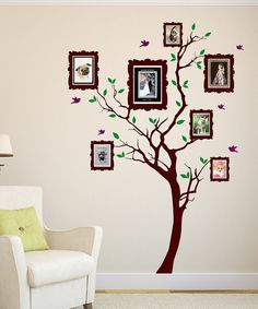 Quem lembra da árvore genealógica? Aqui ela foi pintada na parede e as fotos foram compostas nela de forma simples e criativa.