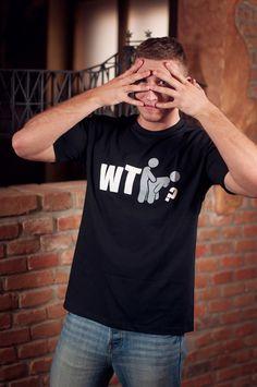 """T-shirt WTF? Dit rechte model T-shirt voor mannen is gemaakt van voorgekrompen ringgesponnen katoen en heeft een RAXart opdruk met de tekst: """"WTF?"""". De hoge kwaliteit en goede verwerking zijn zichtbaar in de dubbele naden aan de mouwen en de zoom en de tweevoudig gelegde kraag in 1X1 ripp."""