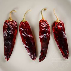 A handy primer and guide to the most common and important Mexican chilies, arranged categorically, with links to individual guides for each variety. Mexican Food Facts, Guajillo Chili, Mexican Food Recipes, Chili Recipes, Indian Recipes, Mexican Chili, Dried Peppers, Chipotle Pepper, Vegetables