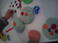 PASTA DE SAL, una masa muy versátil. Para hacer pastelitos con botones, figuras rigídas, usar como plastilina... (harina, sal y agua).