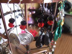 Pendientes de alambre de aluminio y piedras, hechos a mano. 5€ colores a elegir