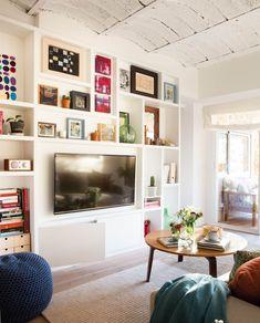 00449668. Salón con pared con baldas irregulares, cuadros, tele y módulo bajo de dos puertas 00449668