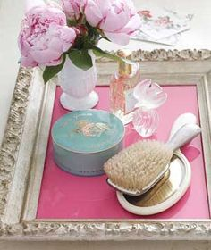 Real Simple new uses for old things: Repurpose an old frame for a vanity tray that's pretty as a picture. Place a piece of colored paper or fabric inside as a finishing touch. Do It Yourself Upcycling, Do It Yourself Inspiration, Vintage Picture Frames, Vintage Frames, Vintage Diy, Vintage Stuff, Vintage Decor, Vanity Tray, Diy Vanity
