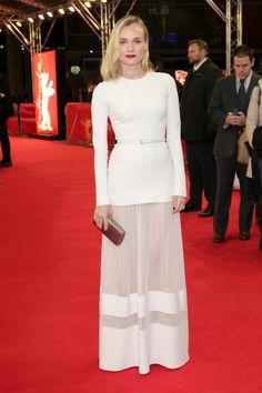 #LookVogue Lady in White… Diane Kruger hipnotiza la alfombra roja en Elie Saab. http://www.vogue.mx/galerias/las-mejor-vestidas-de-la-semana-42/3011/image/1168095