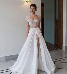 Conjunto de cropped de renda e saia esvoaçante @rikidalal_bridal perfeito para casamentos na praia!  #prontaparaosim #