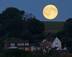 """REUTERS/Eddie Keogh - O termo 'Blue Moon' não guarda nenhuma relação com a astronomia. Ele se refere a uma expressão utilizada pelos ingleses desde o século XVI """"onde in a blue moon"""" que significa algo incomum, que acontece poucas vezes, raramente. Foto tirada no Rio Loosely Row, no sudeste da Inglaterra"""