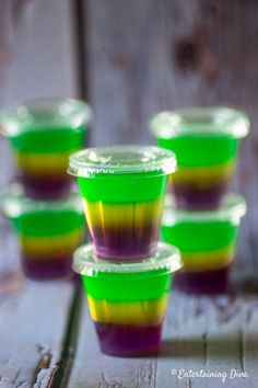 Love these Mardi Gras jello shots made with vodka plus some extra sauce that mak. - FallTrends Love these Mardi Gras jello shots made with vodka plus some extra sauce that mak. Candy Corn Jello Shots, Jello Shot Cups, Best Jello Shots, Jello Shot Recipes, Alcohol Recipes, Mardi Gras Party, Mardi Gras Food, Mardi Gras Drinks, Blue Jello
