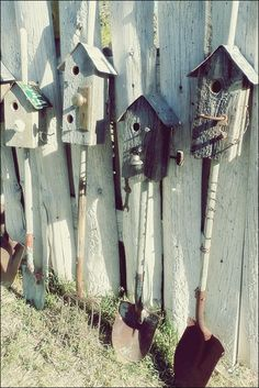 Old tools = vintage birdhouses - so clever but, would wire firmly to fence/tree/house & waaay up high to protect nesting birds. Old Tools = Vintage Birhouses - 1001 Gardens Marge Molengraff flowerwazs Gardening Old tools = vintage birdhouses - Old Garden Tools, Old Tools, Gardening Tools, Urban Gardening, Organic Gardening, Balcony Gardening, Kitchen Gardening, Gardening Hacks, Garden Art