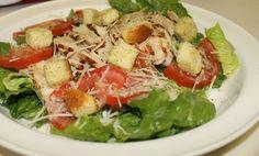 Salade César avec sa sauce légère WW, une délicieuse salade à base de poulet grillé, de laitue, de tomates et de parmesan assaisonnée d'une sauce légère et crémeuse, facile et simple à réaliser pour un repas complet et léger.