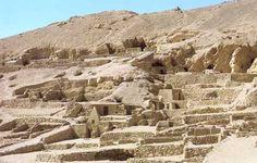 Cementerio antiguo del poblado. Los enterramientos son subterráneos, las pequeñas pirámides son en realidad capillas donde los pobladores realizaban el ritual de honrar a sus ancestros.