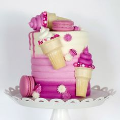 This cake is so perfect for any occasion Credit lovliecakes Pretty Cakes, Beautiful Cakes, Amazing Cakes, Beautiful Birthday Cakes, Cake Decorating Videos, Cake Decorating Techniques, Cake Decorating Piping, Food Cakes, Cupcake Cakes