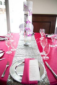 Décoration Mariage | Chemin de table argenté avec centre de table orné de bijoux avec fleurs naturelles