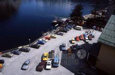 Parkplatz mit Autos und Hallstätter See in Hallstatt, 1986 Juergen/Timeline Images #1980er #1980s #80er #80s #Auto #Parkplätze #See #Hallstatt
