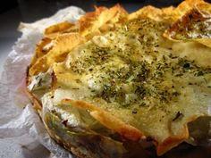 Torta di carasau con pecorino, ricotta e carciofi.