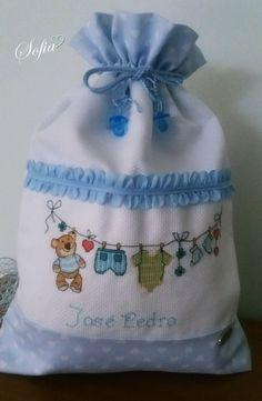 Saco Muda roupa bebé, bordado a ponto cruz Drawstring Backpack, Cross Stitch, Organization, Crafts, Quotes, Baby Bunting Bag, Baby Accessories, Cross Stitch Embroidery, Disney Cross Stitches