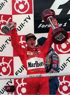 Projet affiche : homme célébrant en levant un trophée et une bouteille de champagne