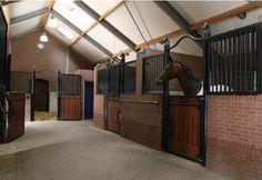 Horse barn with a U shape aisle   Luxe paardenstallen met overdekte rijbak - Bouw met Ervaring.nl