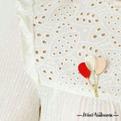 Une envolée de ballons à accrocher sur vos pulls, vestes et autres chemisiers !Cuir rouge, doré et rose.composition : cuir et métal en laiton de couleur doré. Fermoir en …
