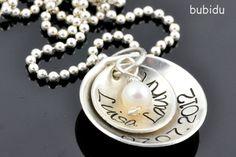 Zwei Plättchen handbestempelt mit euren Wunschnamen und einem Wunsch Datum. Der Anhänger hängt an einer Kugelkette aus Sterling Silber (925er Silbe...