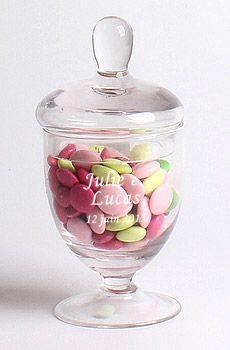 Bonbonnière en verre stylisée Candy Bar - Ces bonbonnières seront indispensables pour votre Candy Bar...Mettez les à disposition sur vos tables et remplissez-les de bonbons, dragées, chocolats ou sucreries ! http://www.mariage.fr/bonbonniere-mariage-pas-cher.html
