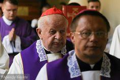 Biskupa wybiera papież, ale terno (trzech kandydatów) wskazuje nuncjusz po konsultacjach z krajowym Episkopatem. Jak się dowiedzieliśmy, te konsultacje już trwają.  W polskim Kościele toczą się burzliwe rozmowy o tym, kto ma zastąpić odchodzącego na emeryturę kard. Stanisława Dziwisza. - Atmosfera nieco przypomina tę sprzed wyborów...