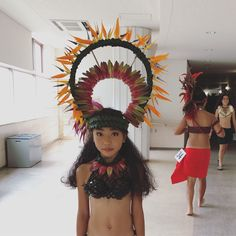 Polynesian Dance, Polynesian Culture, Tahitian Costumes, Carnival Ideas, Hula Dancers, Tropical Flowers, Dance Outfits, Pretty Face, Headpiece