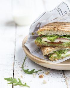 Salami pesto sandwich. http://www.jotainmaukasta.fi/2016/02/15/taytetty-salami-pestoleipa/