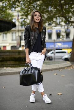 На фото: белые кеды Converse в сочетании с белыми джинсами и пиджаком.