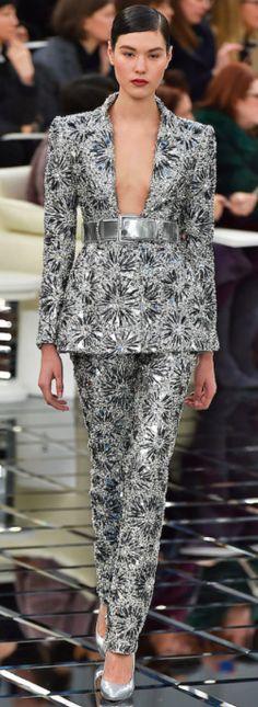 Em 24/01/2017, Karl Lagerfeld apresentou a coleção Chanel de Alta - Costura da Primavera/ Verão 2017 no Grand Palais em Paris. As modelos da Chanel desfilaram em um cenário repleto de espelhos, até mesmo no chão, que ampliaram e deram sensação de grandiosidade ao desfile. Oclássico tailleur dominou a coleção, compredominância dos tons pastel. Os vestidos de festa vieram com elementos luxuosos como:bordados, babados arredondados, paetês, e plumas nas barras dos vestidos, braços ous…