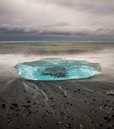 Un bloc de glace échoué sur les bords du lac Jökulsárlón, détaché du glacier islandais Vatnajökull