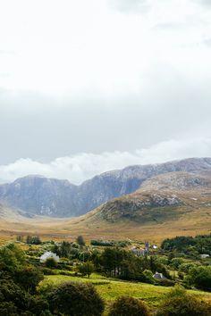 Le parc national de Glenveagh en Irlande : à découvrir en road-trip avec Alainn Tours !   #ireland #irlande #alainntours #roadtrip #glenveagh #nationalpark #parcnational #landscape Parc National, Land Scape, Tours, Mountains, Nature, Travel, Gift Ideas, National Forest, Naturaleza